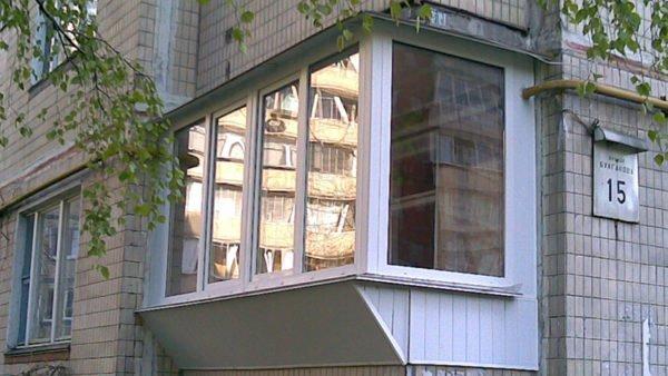 Балкон с выносным остеклением.