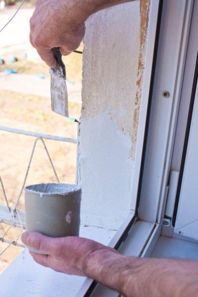 Белая шпаклевка сохранит наружным откосам опрятный внешний вид при повреждении краски.