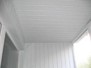 Белый пластик на потолке балкона.
