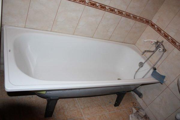 Без надежного крепления к стене ванна может опрокинуться.