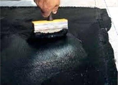 Битумная мастика наносится на поверхность с помощью кисти.