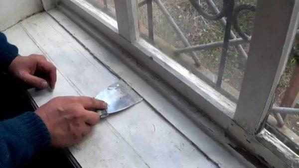 Большие неровности срезаются шпателем, после чего производится шлифовка наждачкой