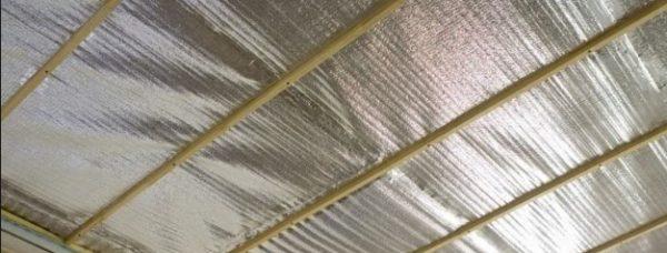 Бруски обрешетки на потолке поверх пенофола.