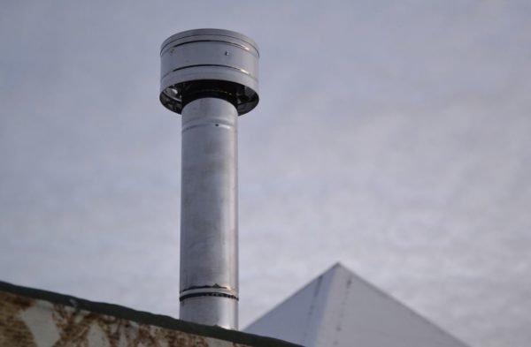 Дефлектор не только препятствует попаданию осадков в трубу, но способствует образованию хорошей тяги.