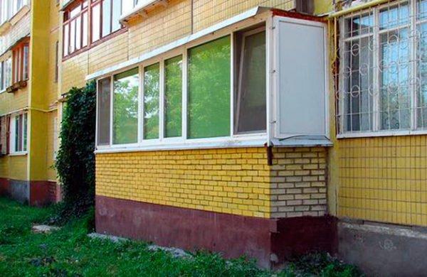 Декорирование пристроенного балкона под облик дома.