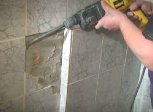 Демонтаж кафеля с помощью перфоратора.