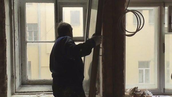 Демонтаж окон, в особенности если они старые, требует аккуратности и осторожности