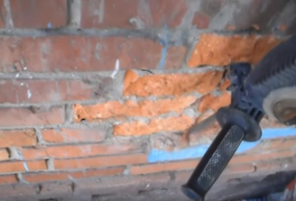 Демонтаж выступающих элементов на стене.