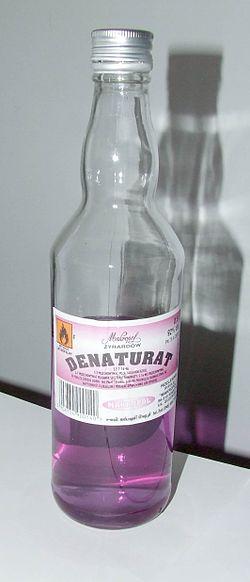 Денатурат является эффективным средством для очистки окон от пленки