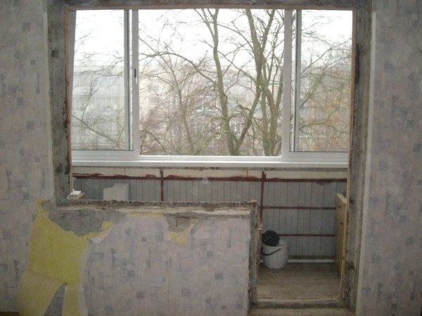 Деревянная балконная дверь с окном демонтирована