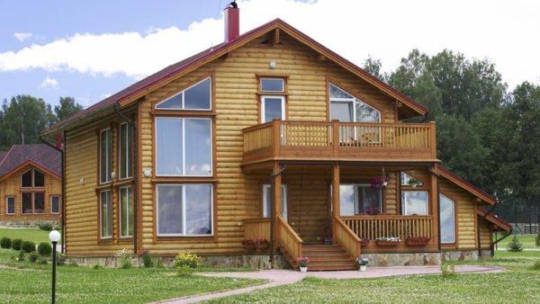 Деревянные балконы на загородных домах подвергаются всем неблагоприятным воздействиям и нуждаются в особой защите