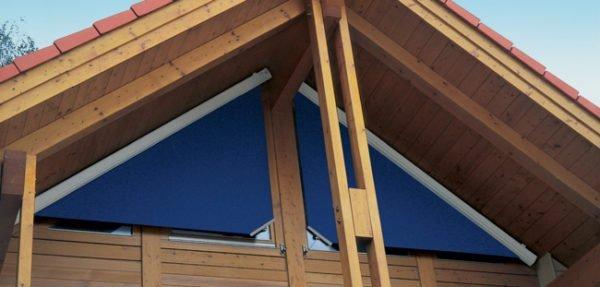 Деревянные окна в виде двух прямоугольных треугольников