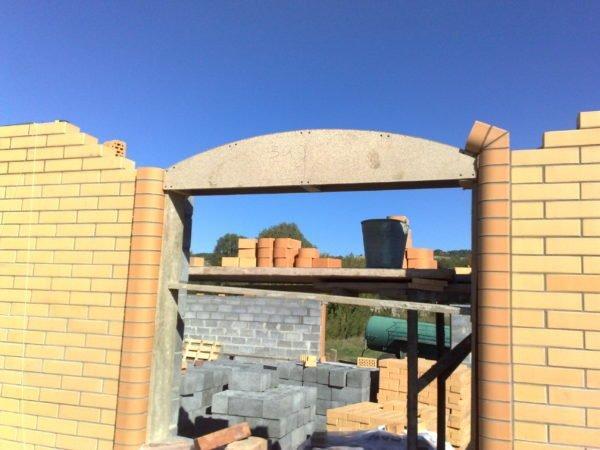 Деревянный кондуктор для кладки арочной перемычки из кирпича.