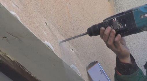 Держим перфоратор перпендикулярно стене, чтобы отверстие не пошло вкось
