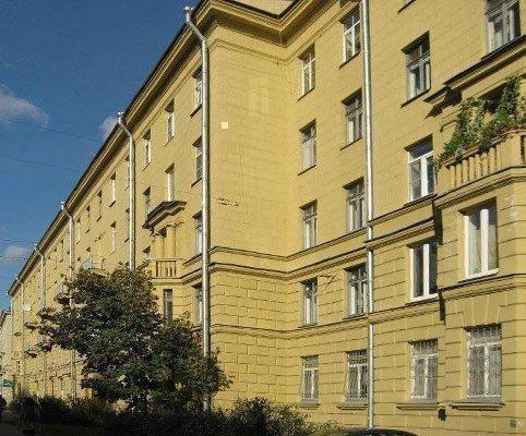 Для домов сталинской постройки характерны высокие оконные проемы.