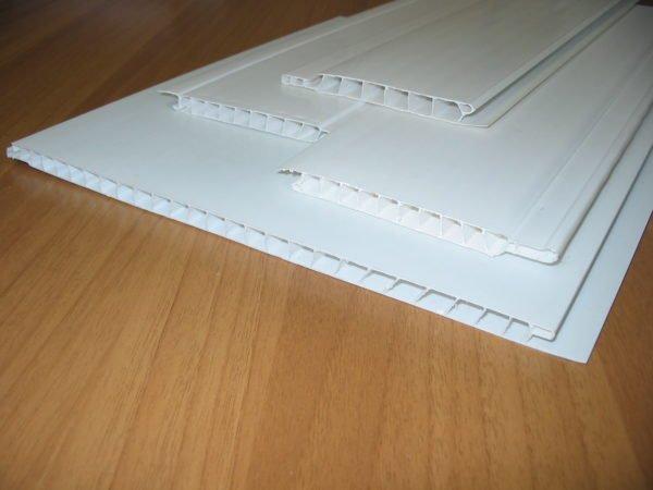 Для отделки потолка используются облеченные ламели из пластика.