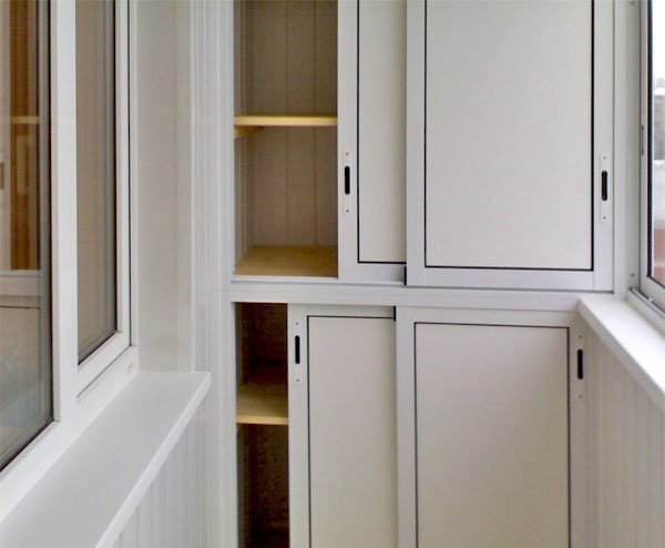 Для шкафов лучше выбирать раздвижную систему открытия