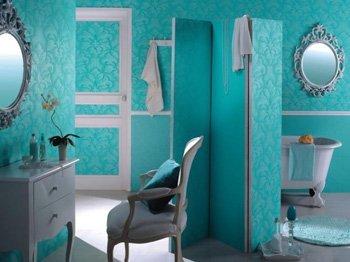 Для ванной нужно подбирать обои, которые можно эксплуатировать во влажном воздухе.