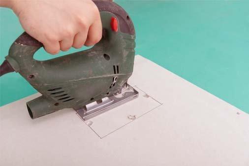 Для вырезания криволинейных деталей и отверстий в них используйте электролобзик с пилкой по дереву.