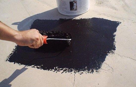 Для защиты от влаги на бетон наносятся различные составы