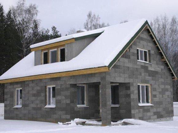 Дом из шлакоблока нельзя эксплуатировать зимой без надлежащего утепления.