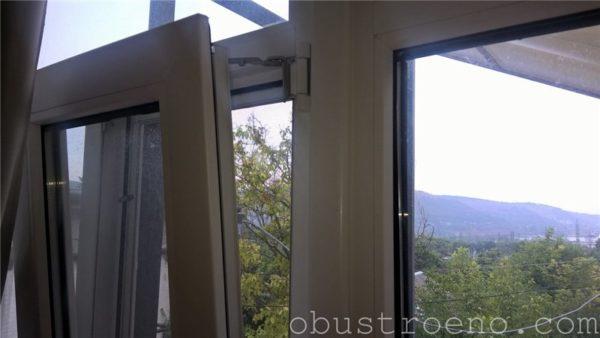 Дождь не страшен: окно открыто в режиме фрамуги.