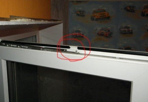 Два вырезанных кусочка уплотнителя успешно заменят установку приточного клапана.