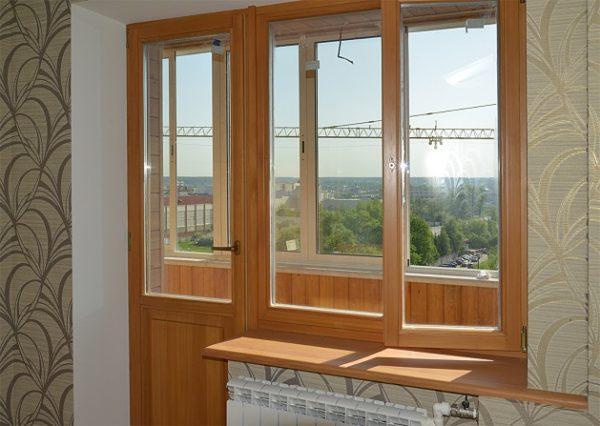 Дверь обращена как на балкон, так и внутрь комнаты, поэтому она должна сочетаться и с внутренним интерьером