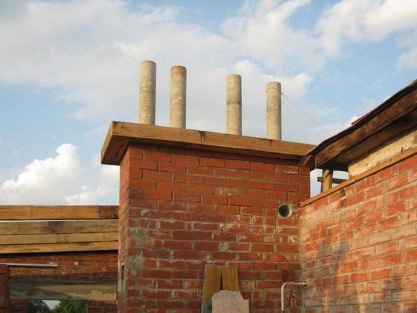 Дымоходы из асбоцементных труб, облицованных защитным слоем кирпичной кладки.