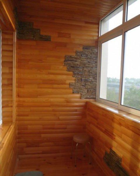Эффектное сочетание дерева и клинкерной плитки под камень