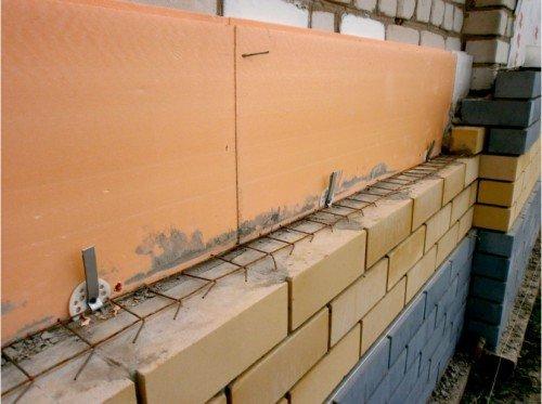 Экструдированный пенополистирол на кирпичных стенах.