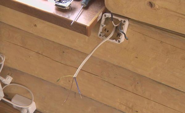 Электрические провода подключаем как обычно: красный - к фазе, синий - к минусу и желтый - к заземлению