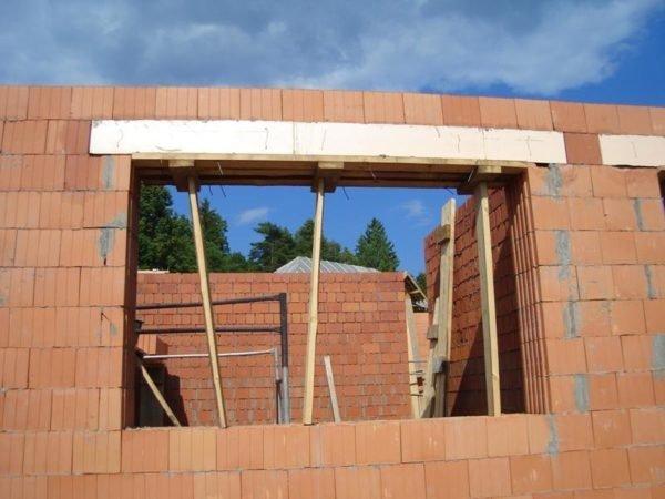 Если нет готовой бетонной перемычки подходящего размера, ее можно залить на месте из монолитного железобетона.