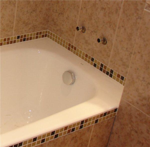 Если расчеты правильные, щели между плиткой и ванной быть не может.