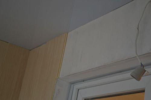 Если стена со стороны дома очень ровная, то на нее можно даже не крепить каркас, а приклеить на жидкие гвозди