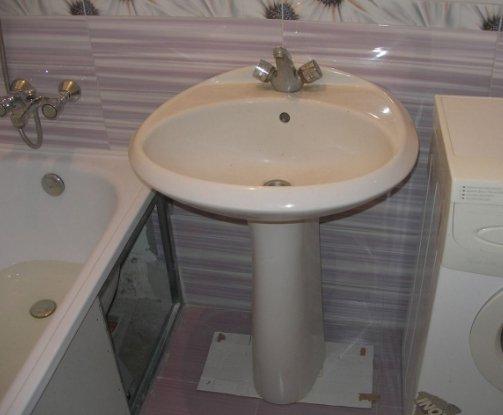 Фарфоровая раковина – наиболее распространенный вариант для ванных комнат.