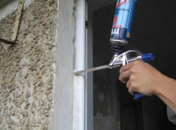 Фото осуществления гидроизоляции пластикового окна