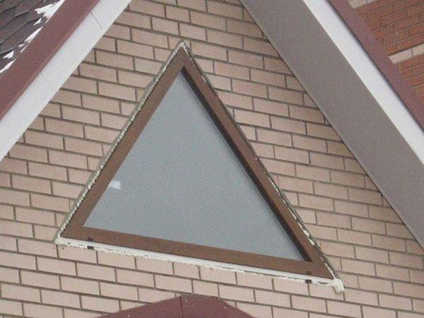 Фото треугольного окна мансардного этажа