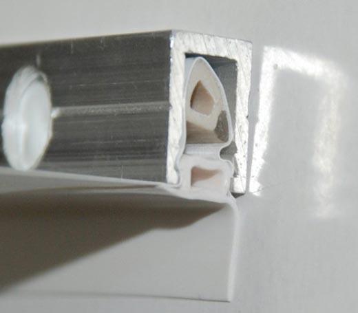 Фотография профиля с полотном, зафиксированным штапиком и галтелью