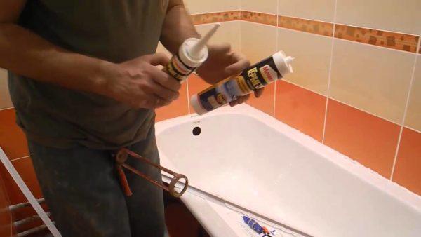 Герметик наносится не на уголок, а на стену и ванну.