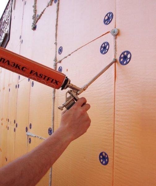 Герметизация швов утепляющего слоя полиуретановой пеной (на фото виды дюбели-зонтики).
