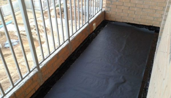 Гидроизоляционный слой помогает продлить срок службы балконной плиты.