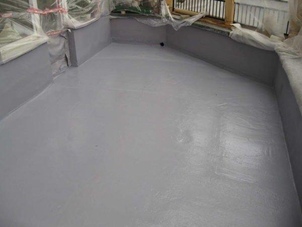 Гидроизоляция помогает избежать протечек воды в жилые помещения под балконом.