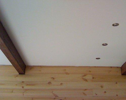 Гипсокартонный потолок в деревянном доме.
