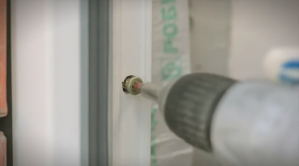 Головки крепежа утапливаем в профиль, потом отверстия можно будет прикрыть заглушками или заполнить герметиком