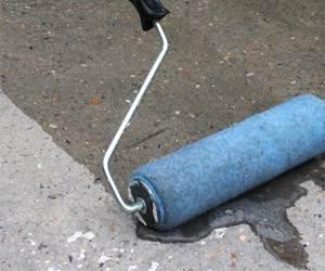 Грунтование бетона лучше проводить в два слоя.
