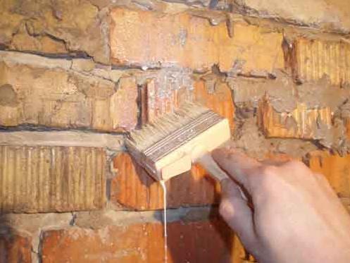 Грунтование кирпичной стены перед утеплением.