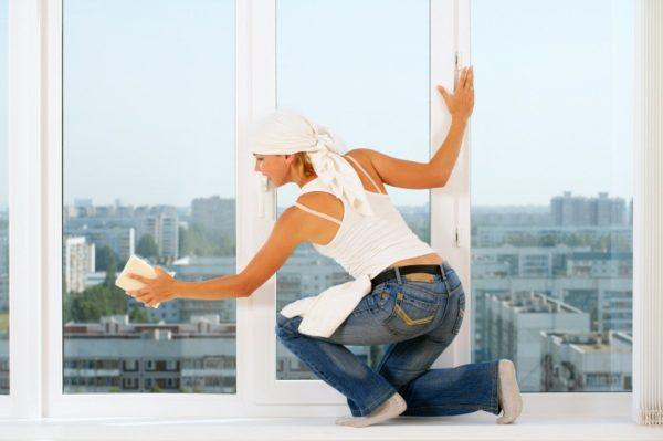 Хорошенько вымыть стекла можно и при помощи обычных подручных средств