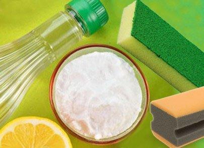 И лимонная кислота, и уксусная эссенция хорошо подходят для удаления пятен с ванны