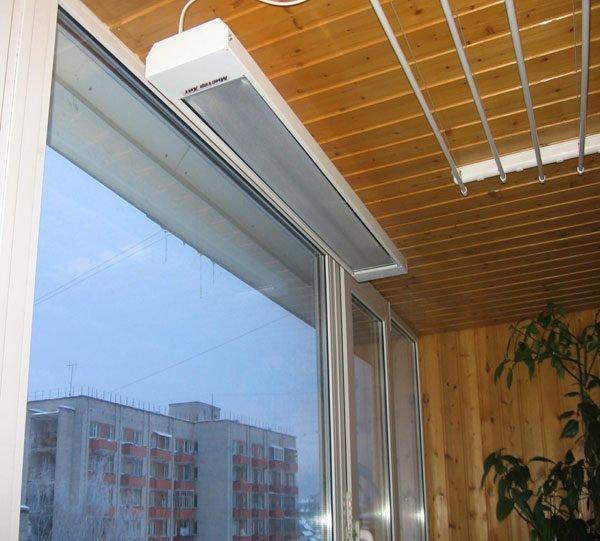 Инфракрасный обогреватель на утепленном балконе устанавливается под потолок.